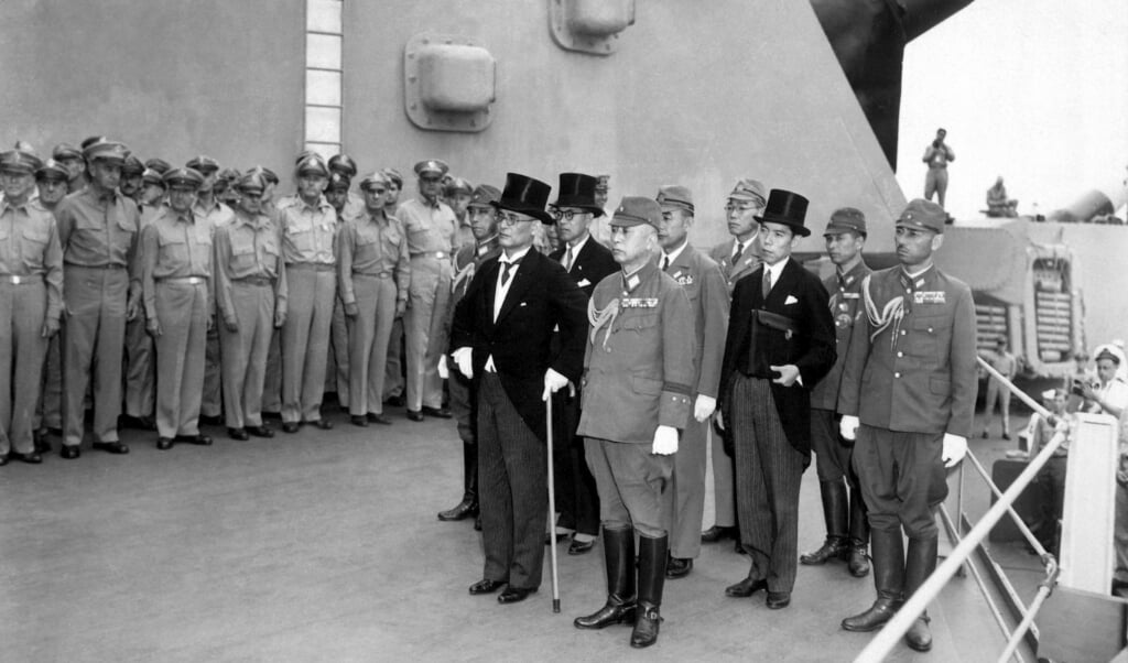 De Japanse delegatie tijdens de capitulatieceremonie op 2 september 1945.  (beeld The National Museum of the US Air Force)