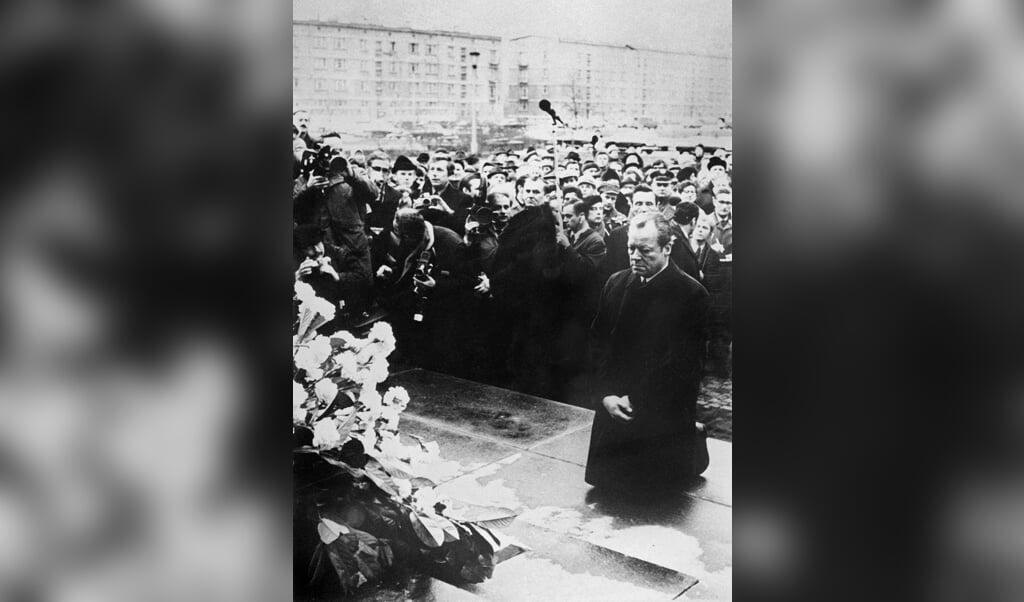 In 1970 knielde Willy Brandt bij de gedenkplek van het Joodse getto in Warschau. De meeste Duitsers beschouwden het aanvankelijk als een vernedering.  (beeld afp)