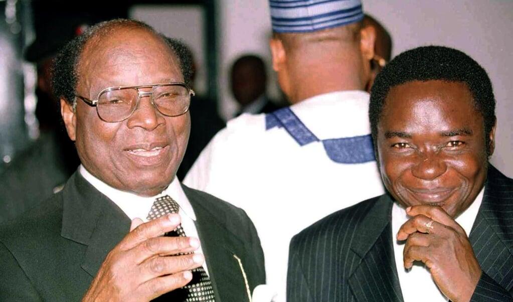Matthew Hassan Kukah (r) in 2000 met rechter Chukwudifu Oputa, de voorzitter van de waarheidscommissie die mensenrechtenschendingen in Nigeria onderzocht.  (beeld PIUS UTOMI EKPEI / AFP)