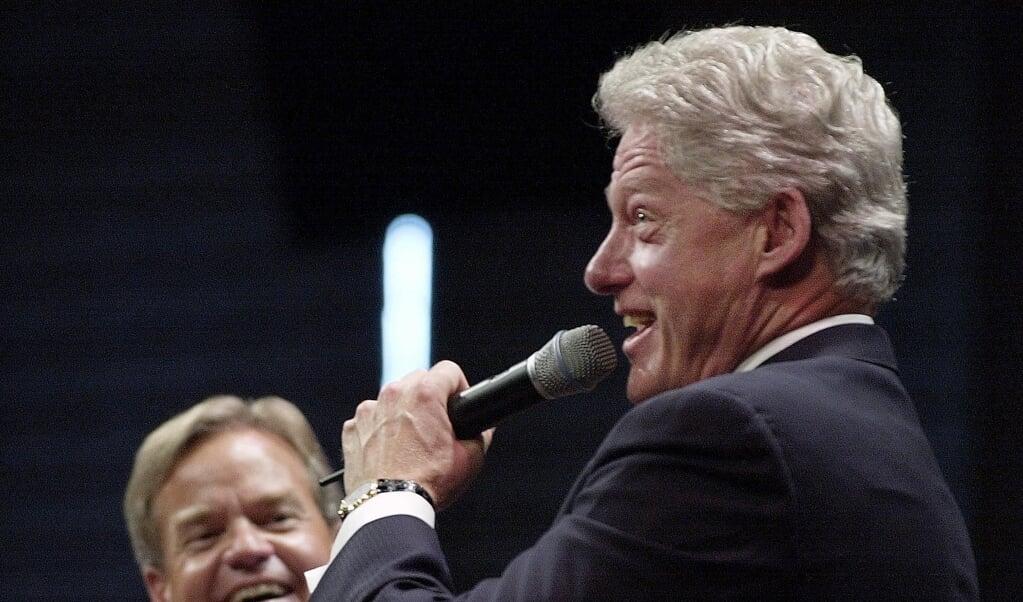 Gilbert Bilezikian was de mentor van Bill Hybels, hier op de foto met de voormalige Amerikaanse president Bill Clinton.  (beeld  afp / Joyce Naltchayan)