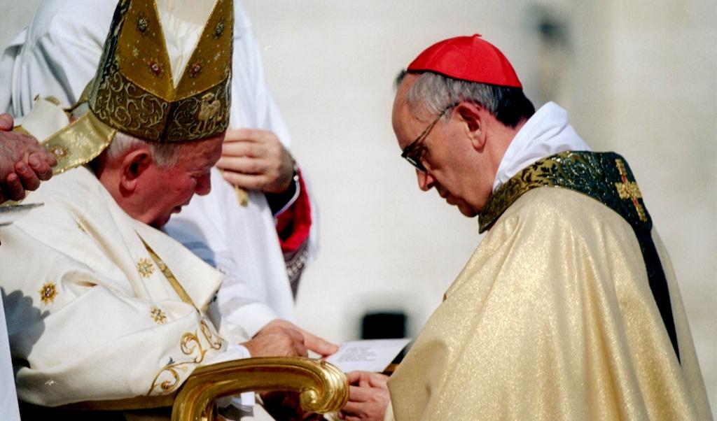 Johannes Paulus II geeft de ambtsring aan Jorge Mario Bergoglio, die tijdens een ceremonie in 2001 tot kardinaal wordt gecreëerd.  (beeld anp / Alessandro Bianchi)