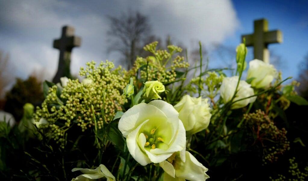 We zeggen dank voor het leven van de overledene, mét alle goede dagen en de zegeningen, maar ook de tegenslagen en hoe hij of zij daarmee omging.  (beeld anp / Rick Nederstigt)