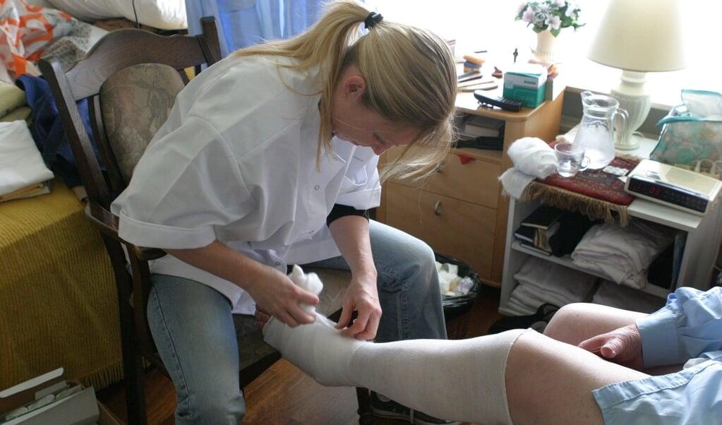 Thuiszorgmedewerkers kunnen niet meer alles doen wat ze deden.  (beeld anp Foto/koen Suyk Model Released)