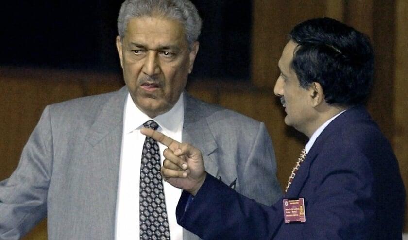 De Pakistaanse nucleaire geleerde Abdul Khan (links) in 2004.   (beeld afp / Aamir Qureshi)