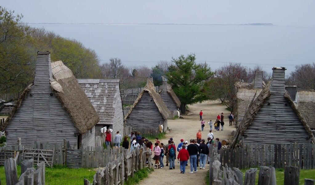Plimoth Plantation in Massachusetts. In dit openluchtmuseum is het eerste dorp van de Pilgrim Fathers nagebouwd.  (beeld wikimedia commons / Muns)