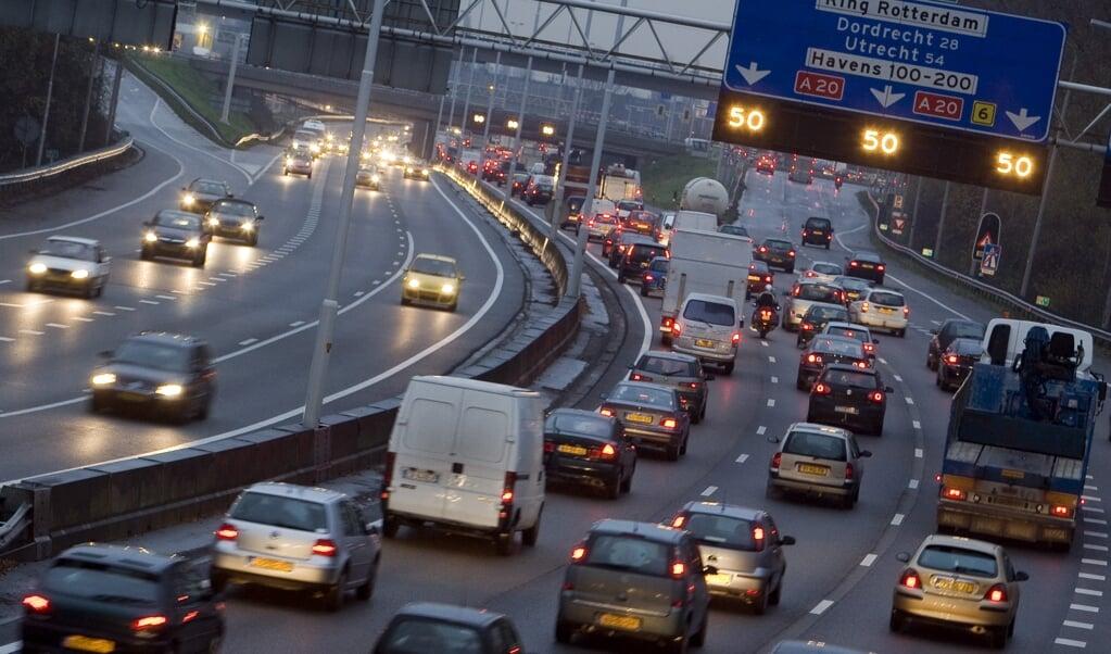 Waarom wordt niet geïnvesteerd in een  situatie waarin er 10 (of meer) procent minder autoverkeer is op de weg?  (beeld anp / Lex van Lieshout)