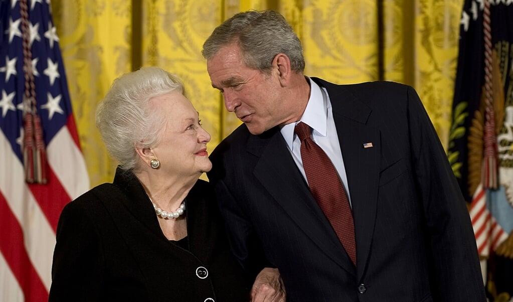 Met president George W. Bush, uit wiens handen ze de National Medal of Arts ontving.  (beeld Jim Watson / afp)