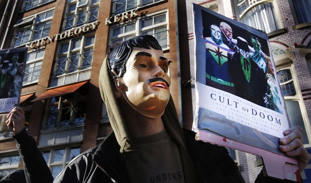 <p>Een protest tegen de als sekte bekendstaande Scientology Kerk in 2008. De laatste schattingen zijn dat Nederland ongeveer 84 sekte-achtige organisaties telt.&nbsp;</p>  (beeld anp / Robin Utrecht)