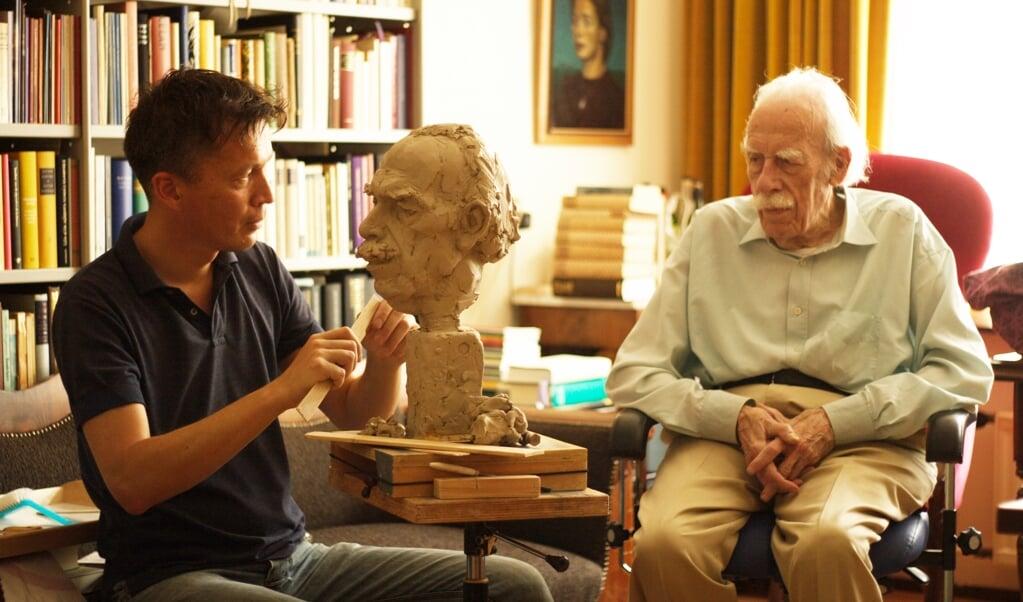 Kunstenaar Dennis J. Coenraad maakte een bronzen buste van Willem Barnard.  (beeld Johan van Walsem)