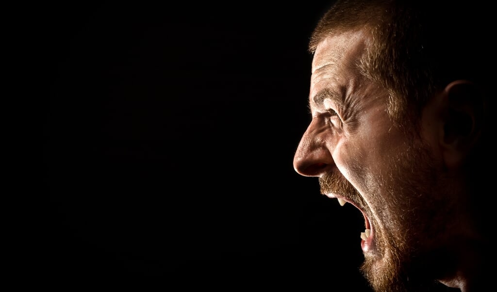 Angry man screaming in extreme rage  (beeld istock)