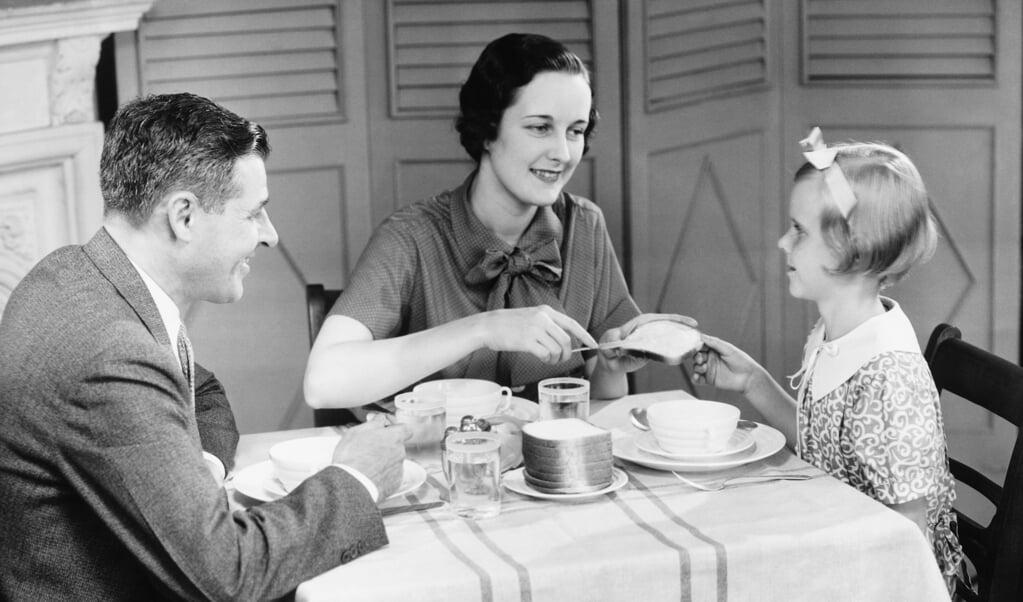 <p>Een gezin in de jaren vijftig. Hoe onafhankelijk en zelfstandig een vrouw ook was, uiteindelijk is haar bestemming in de armen van een man, aldus de teneur van christelijke romans.</p>  (beeld istock)