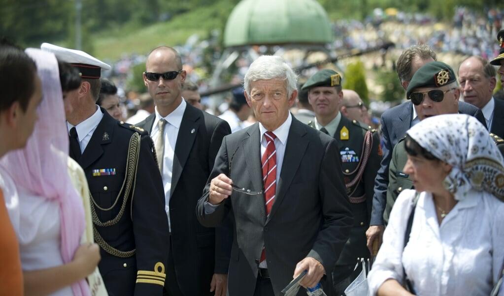Minister Van Middelkoop van Defensie op 11 juli 2010 bij de herdenking van de val van Srebrenica, toen vijftien jaar geleden. Onder genodigdennamens de regering van Nederland.  Sake Elzinga.  (beeld Hollandse Hoogte / Sake Elzinga Photography)
