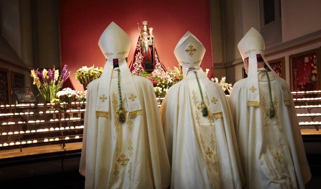 Waarom blijven katholieken toch zo vaak en graag achter in devoties die door de theologie inmiddels zijn ingehaald? Dit houdt het geloof niet levend, maar doet het juist stollen en maakt het tot  een museumstuk.  (beeld anp / Wim Hollemans)