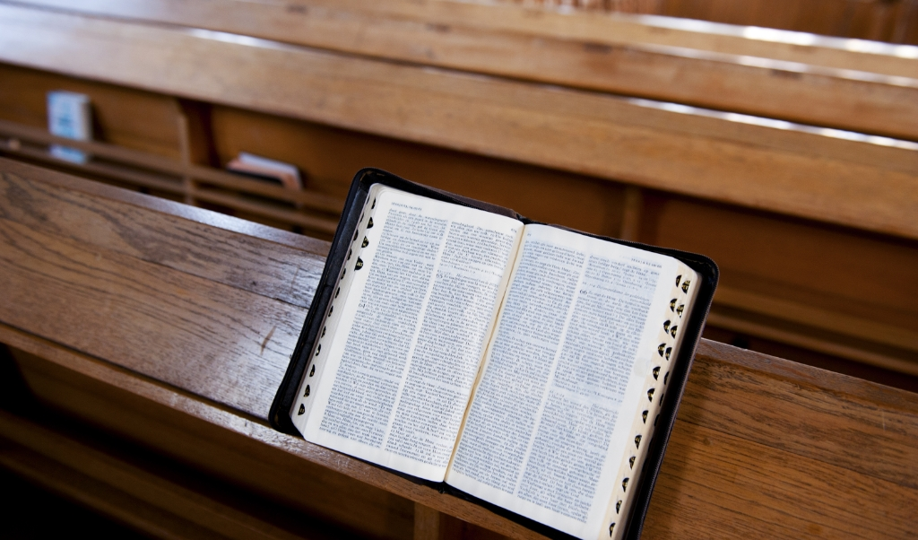Bijbel op kerkbank in Protestantse kerk.   (beeld anp / Xtra Roos Koole)