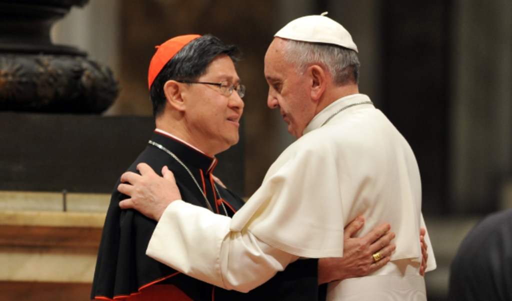 Paus Franciscus (rechts) spreekt met de Filipijnse kardinaal Luis Antonio Tagle 2013.  (beeld afp / Tiziani Fabi)