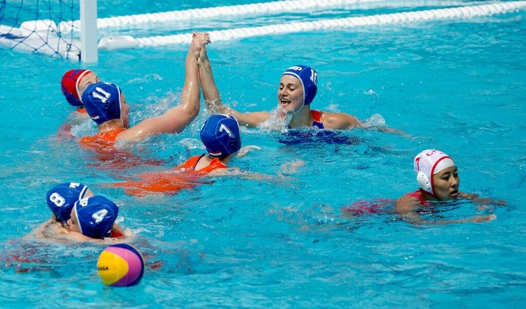 De Nederlandse waterpolosters vieren hun overwinning op China op het WK in Barcelona twee jaar geleden. In Boedapest gaan ze weer voor goud.  (beeld anp / Robin van Lonkhuijsen)