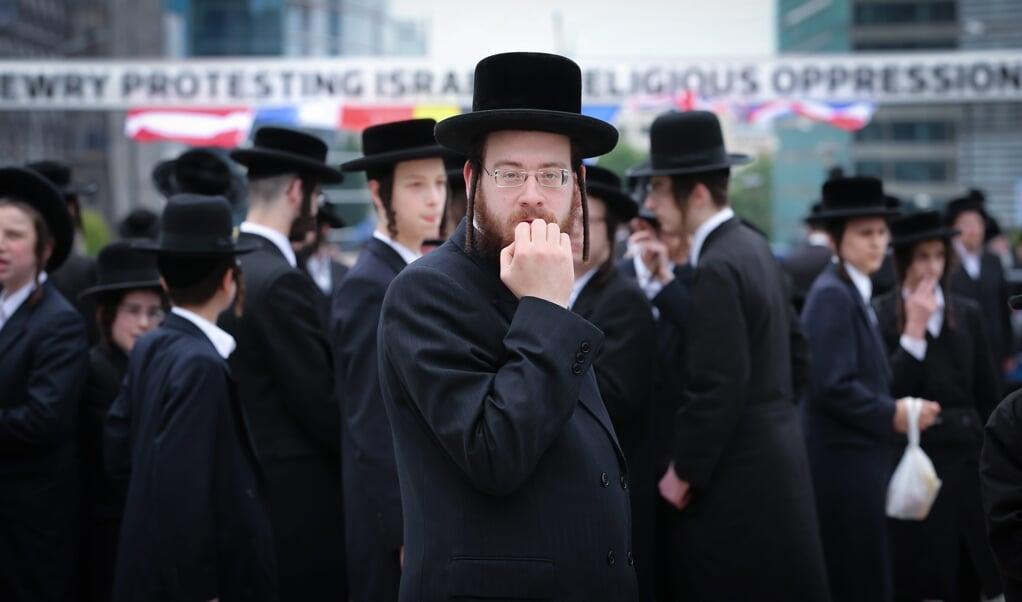 Belgische Joden voor het gebouw van de Europese Commissie in Brussel. Joden en moslims vechten het verbod aan op ritueel slachten in Vlaanderen en Wallonië.  (beeld epa / Olivier Hoslet)