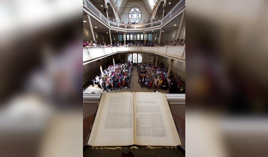 Bezoekers aan de gebruikelijk Gay Pride kerkdienst in de Keizersgrachtkerk. Die gaat dit jaar niet door.  (beeld anp / Jerry Lampen)