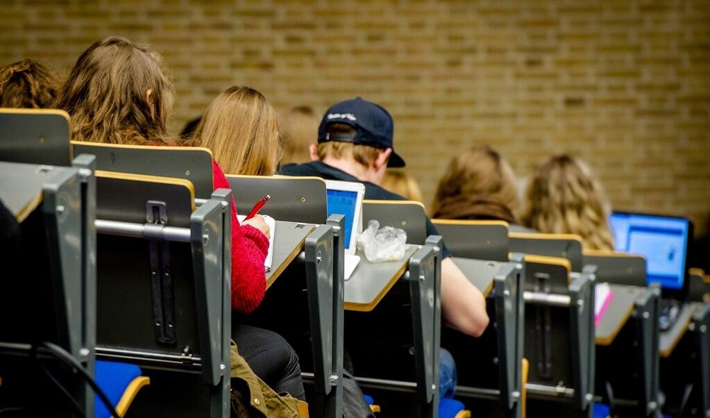 In de anderhalvemetersamenleving is het een uitdaging studenten op een verantwoorde manier college te laten volgen.  (beeld anp / Xtra Robin van Lonkhuijsen)