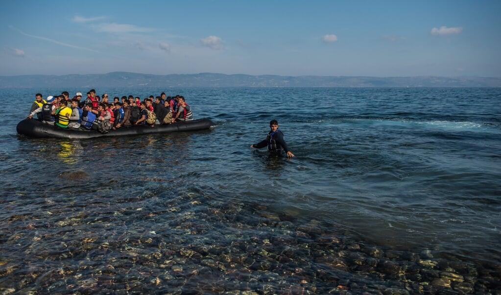 <p>Oktober 2015, migranten arriveren vanuit Turkije bij de Griekse stad Skala op het eiland Lesbos. </p>  (beeld epa / Filip Singer)
