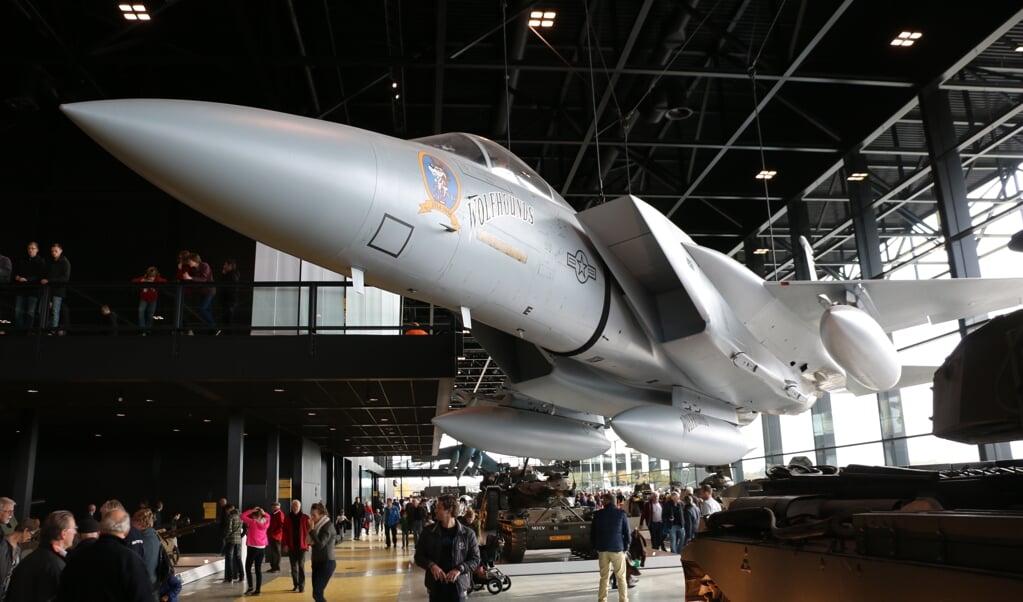 Jongeren kunnen zich in het Nationaal Militair Museum even niet vergapen aan een Amerikaanse F-15. Alle 115 oorlogsmusea en herinneringscentra in Nederland zijn dicht.  (beeld Riekelt Pasterkamp)