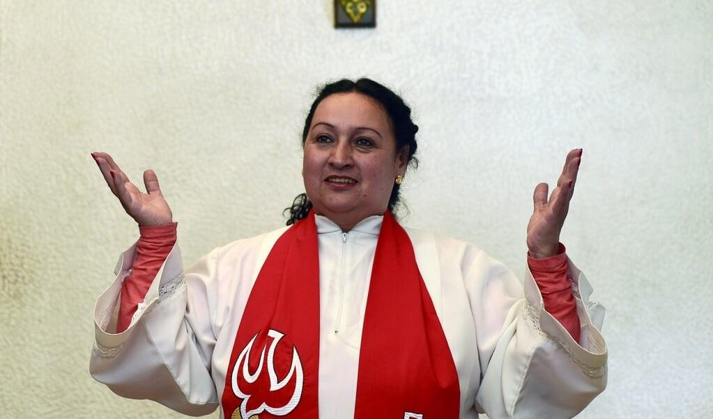<p>Een tot priester gewijde vrouw.</p>  (beeld afp / Luis Acosta)