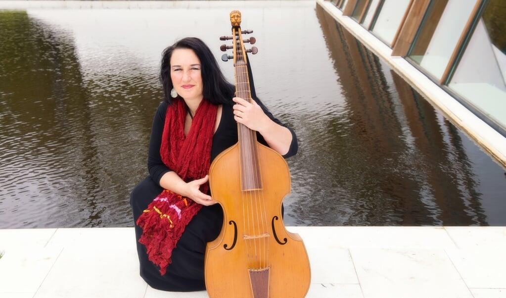 Ensembleleider Marit Broekroelofs: 'De cd klinkt wat kwetsbaarder, en juist dat heeft eigenlijk wel iets.'  (beeld Jonna Lubberts)