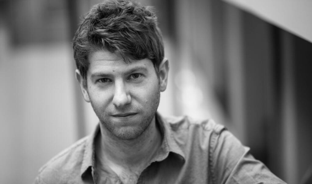 Adam Ehrlich Sachs 'gaat voor de gevaarlijkste (literaire) wegen'.  (beeld Lulu Liu)