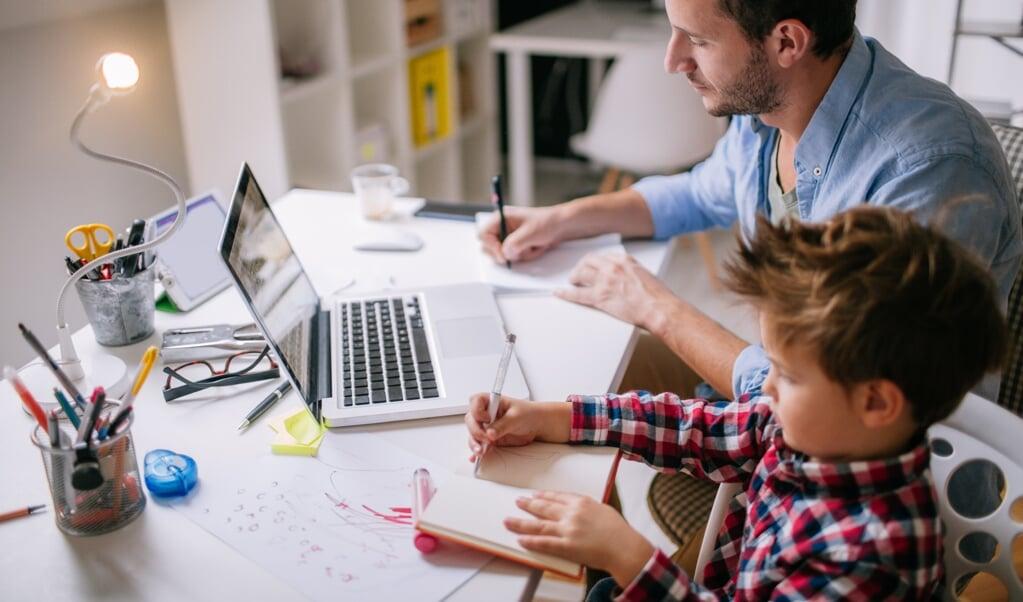 <p>&#39;Probeer als ouder thuis zo min mogelijk te multitasken. Dus niet: werken en tegelijk je kind iets uitleggen.&#39;&nbsp;</p>  (beeld istock)