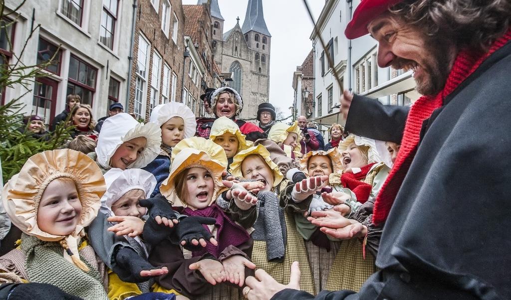 Anjo de Bont: 'Dickens had niks met Deventer, maar Deventer heeft nu wel wat met Dickens.'  (beeld Ronald Hissink)
