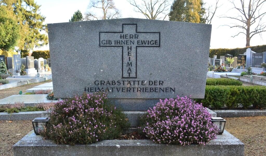 Een massagraf in Hollabrunn, Oostenrijk, voor Heimatvertriebene die op weg naar Duitsland om het leven kwamen: 'Heer, geef hun een eeuwig vaderland'.  (beeld wikimedia commons)