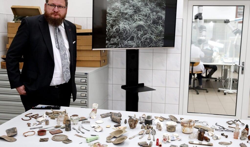 Piotr Cywinski met spullen uit Auschwitz.  (beeld  epa / Andrzej Grygiel)