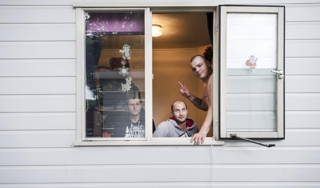 Poolse arbeidsmigranten in hun woning op een recreatiepark in Oss.  ( beeld  anp / Piroschka van de Wouw)