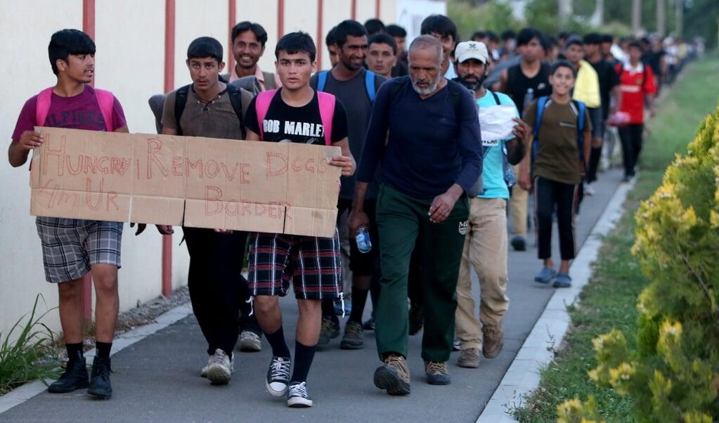 <p>Migranten in 2016 op weg naar Hongarije. Dat land weigert groepen asielzoekers op te nemen. Mede daarom komt de Europese Commissie met een nieuw Migratie- en Asielpact.</p>  (beeld epa / Koca Sulejmanovic)