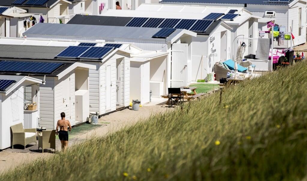 2016-07-18 13:09:17 ZANDVOORT - Badgasten genieten van het mooie weer op het strand van Zandvoort. ANP KOEN VAN WEEL  (beeld anp / Koen van Weel)