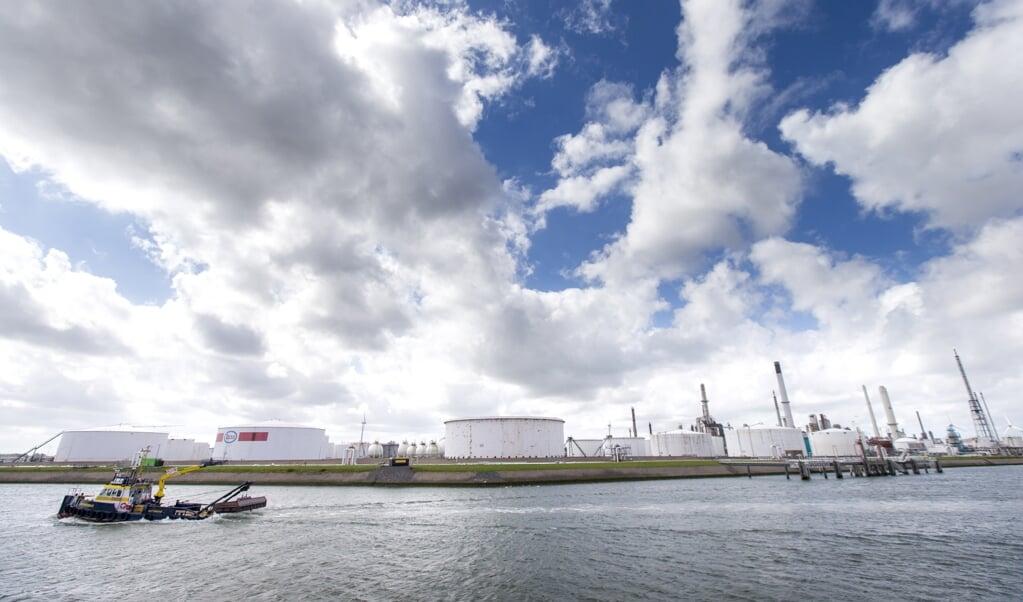 <p>Exxonmobil Chemical Holland aan de Botlekweg in de Rotterdamse haven.</p>  (beeld anp / Jerry Lampen)