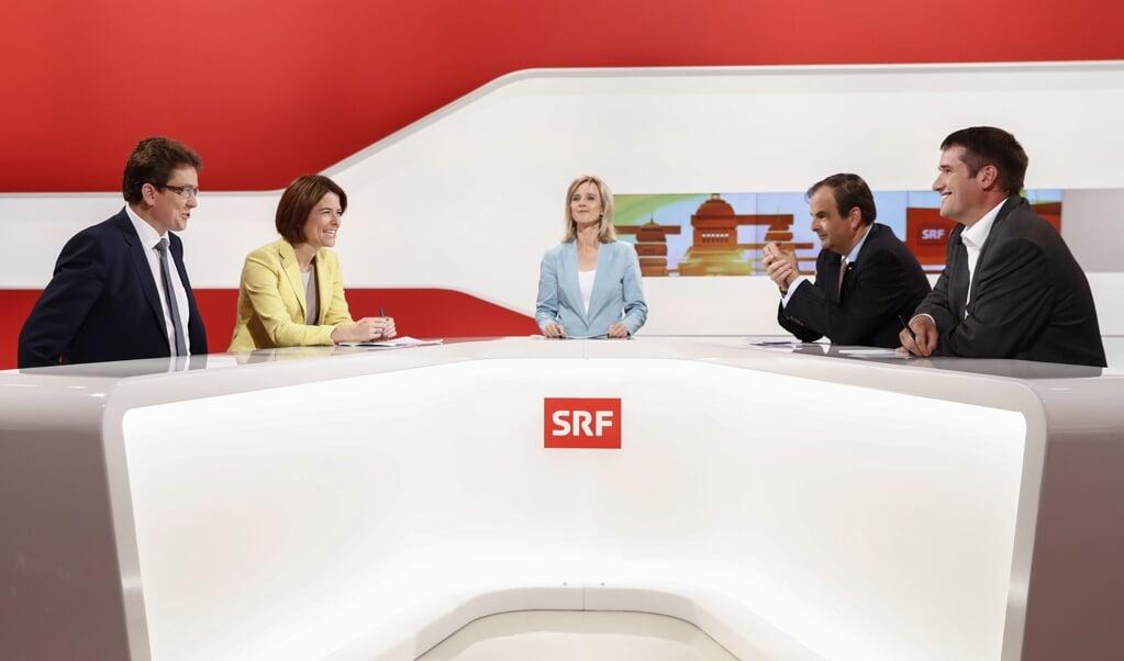 De voorzitter van de Zwitserse CVP, Gerhard Pfister (uiterst rechts) samen met andere partijleiders tijdens een verkiezingsdebat afgelopen september op de Zwitserse televisie.  (beeld EPA / Peter Klaunzer)
