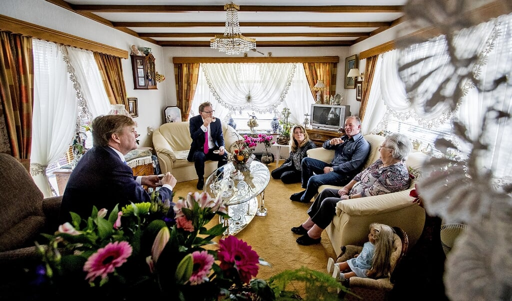 Koning Willem-Alexander tijdens een werkbezoek aan woonwagencentrum Beukbergen.  (beeld anp / Koen van Weel)