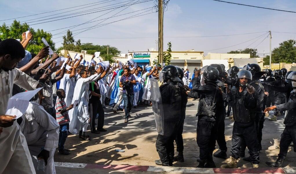 Mauritaniërs protesteren in 2017 nadat de terdoodveroordeling van een blogger wegens blasfemie mogelijk wordt omgezet in twee jaar cel. De blogger zou beledigend hebben geschreven over de profeet Mohammed.  (beeld afp / str)