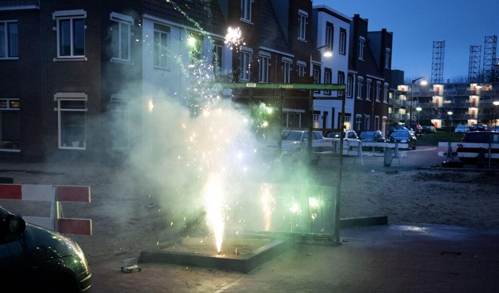 Vuurwerk veroorzaakt in korte tijd een enorme luchtvervuiling.  ( beeld anp OLAF KRAAK)