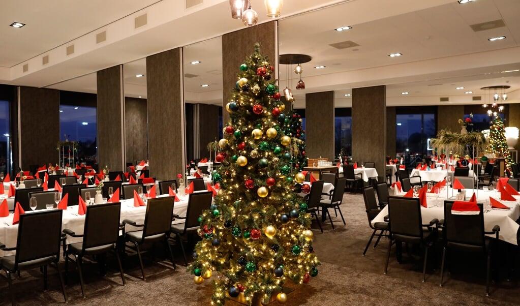 Gedekte tafels voor het kerstdiner bij het Van der Valk-restaurant in Nijmegen. In een kleine groep is het makkelijker goede gesprekken te voeren. 'Probleem' van het kerstdiner is vaak dat de hele familie erbij is.   ( beeld  anp)