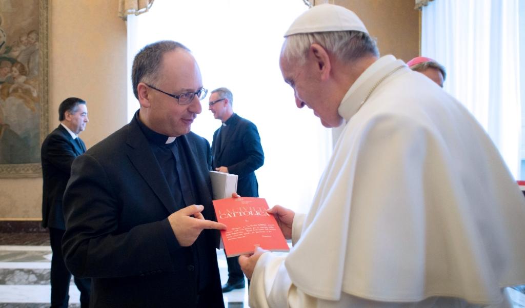 Hoofdredacteur en jezuïet Antonio Spadaro biedt paus Franciscus een uitgave aan van het tijdschrift La Civiltà Cattolica.  (beeld Osservatore Romano / AFP)