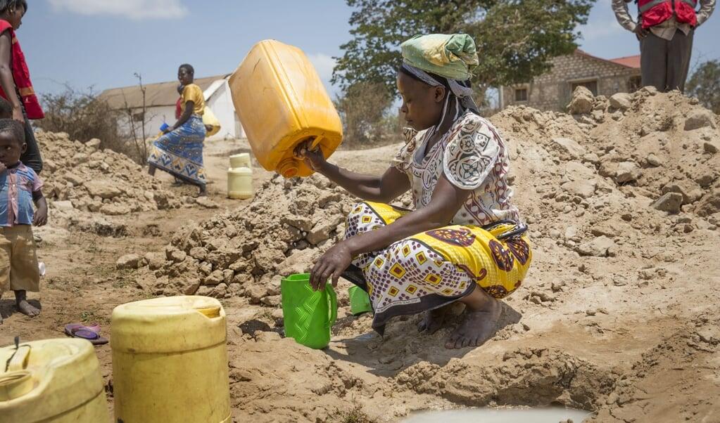 2017-03-03 09:38:15 GANZE - Het Rode Kruis werkt in Kenia aan de aanleg van een vijftien kilometer lange pijplijn. Die moet water van de rivier naar een van de droogste gebieden van Kenia brengen. Daar staan veel waterbronnen droog en bronnen waar nog water is, zijn binnen een maand opgedroogd als er geen regen valt. ANP ARIE KIEVIT  (beeld anp / Arie Kievit)
