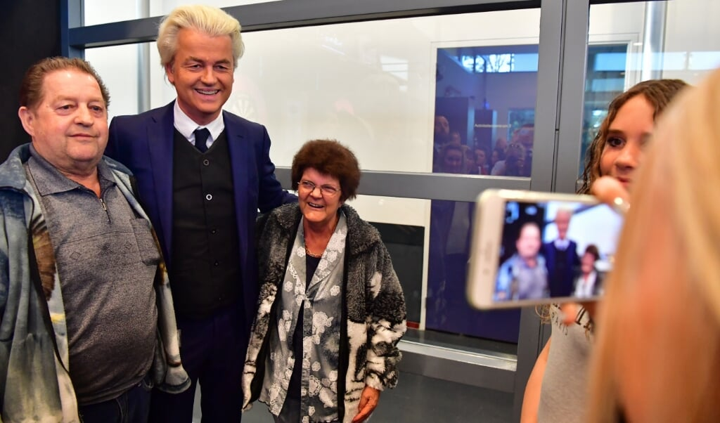 <p>PVV-leider Geert Wilders tijdens een bezoek aan de gemeente Rucphen op 13 april 2017, als dank voor de steun. Bij de laatste Tweede Kamerverkiezingen haalde de PVV hier 38,9 procent van de stemmen.</p>  (beeld anp / Robin Utrecht)