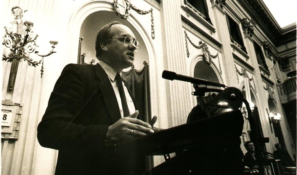 Meindert Leerling achter het spreekgestoelte in de oude vergaderzaal van de Tweede Kamer.  (beeld Jaco Klamer ND)