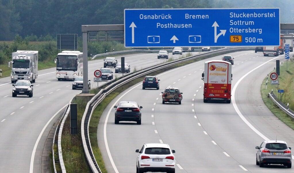 De Duitse Autobahn, waar automobilisten op sommige delen onbeperkt mogen gas geven.   (beeld Epa/Focke Strangmann)