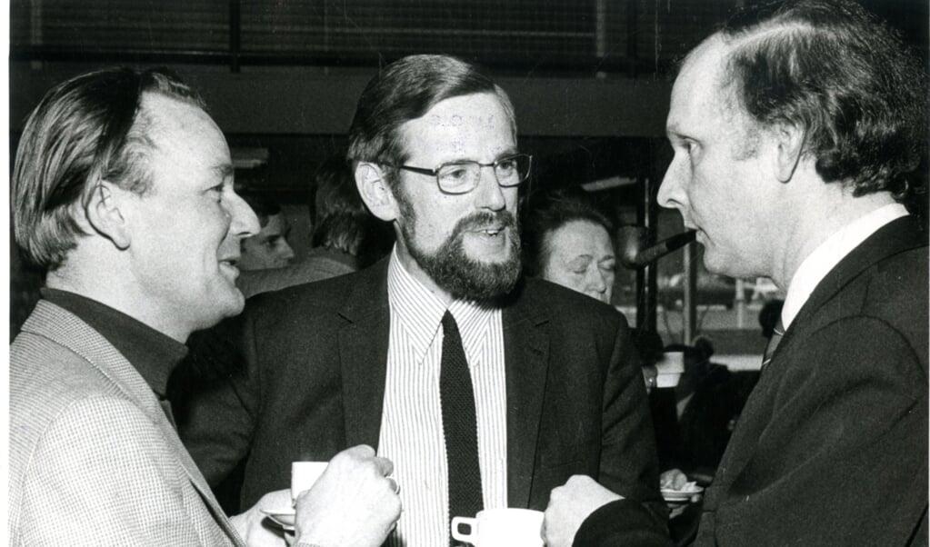 <p>Herman Wiersinga (midden) in gesprek met prof. Harry Kuitert, hoogleraar ethiek aan de Vrije Universiteit in Amsterdam (links) en prof. Gerard Rothuizen, hoogleraar ethiek in Kampen.</p>  (beeld nd)