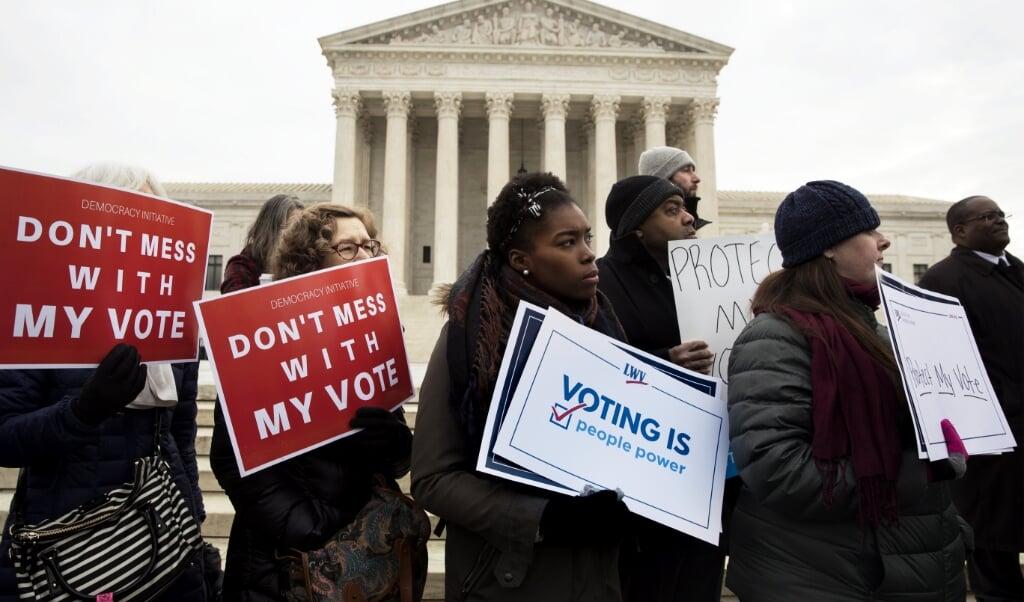 <p>In november mogen 23 miljoen immigranten meedoen aan de verkiezingen, ruim tien procent van het aantal kiezers.</p>  (beeld EPA/Michael Reynolds)