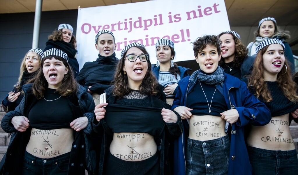 Archieffoto december 2018: Demonstranten van actiegroepen Women on Waves, Ondergrondse en Bureau Clara Wichmann voeren actie bij het gerechtshof tegen het strafbaar stellen van de overtijdpil Mifepriston.  (beeld anp / Bart Maat)