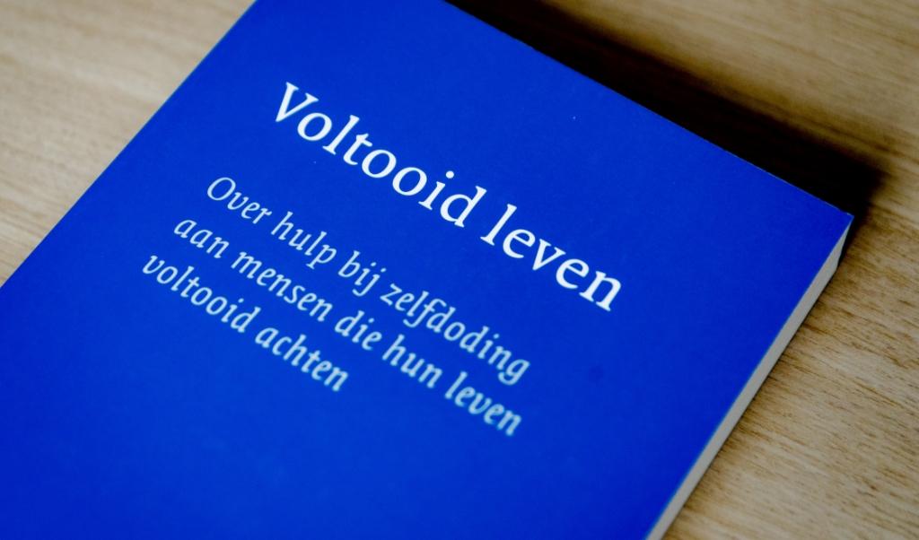 Een boek over Voltooid Leven van De Levenseindekliniek in Den Haag.  (beeld anp / Robin van Lonkhuijsen)